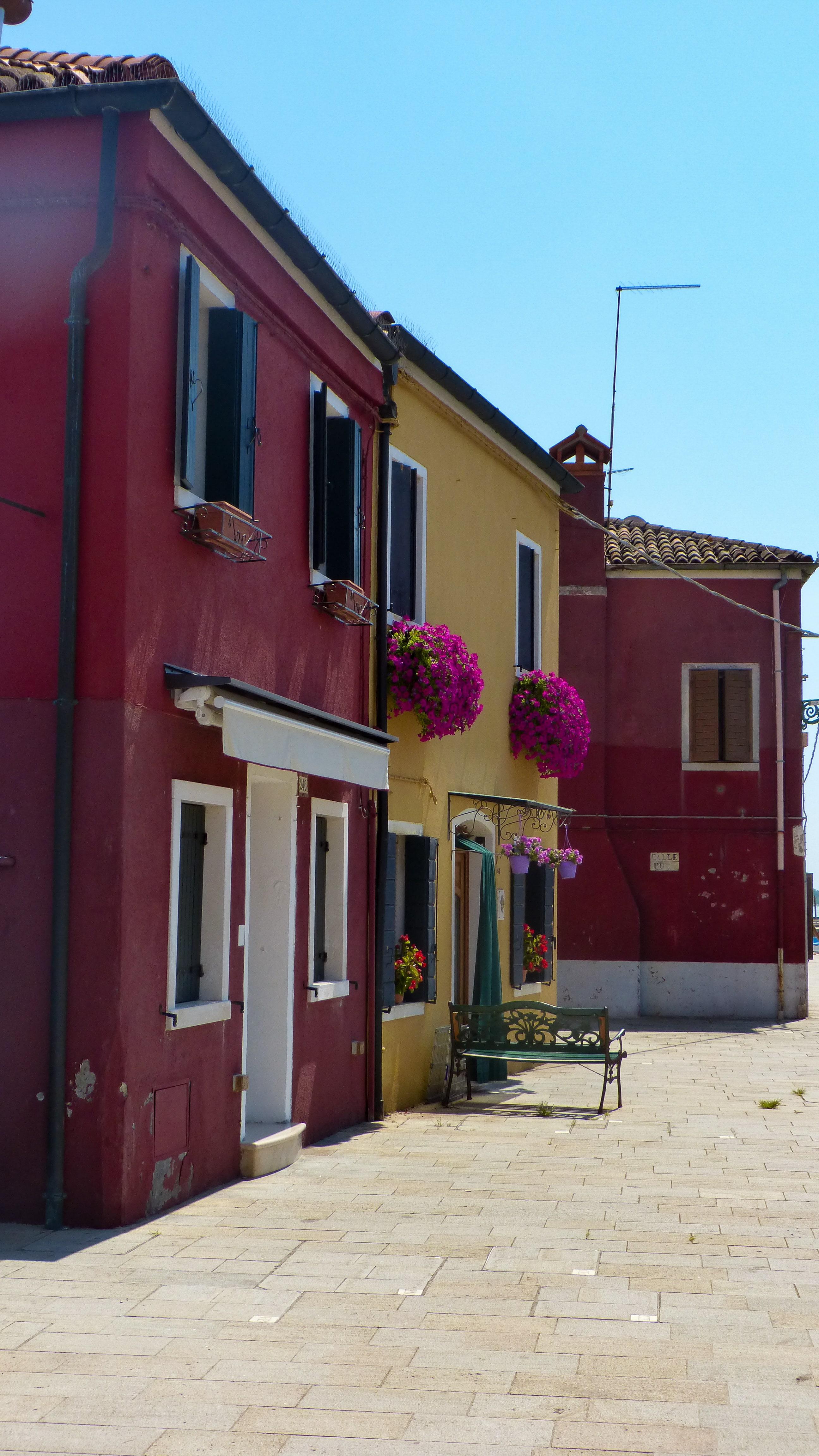Découvrez l'ambiance colorée de l'île de Burano à côté de Venise.
