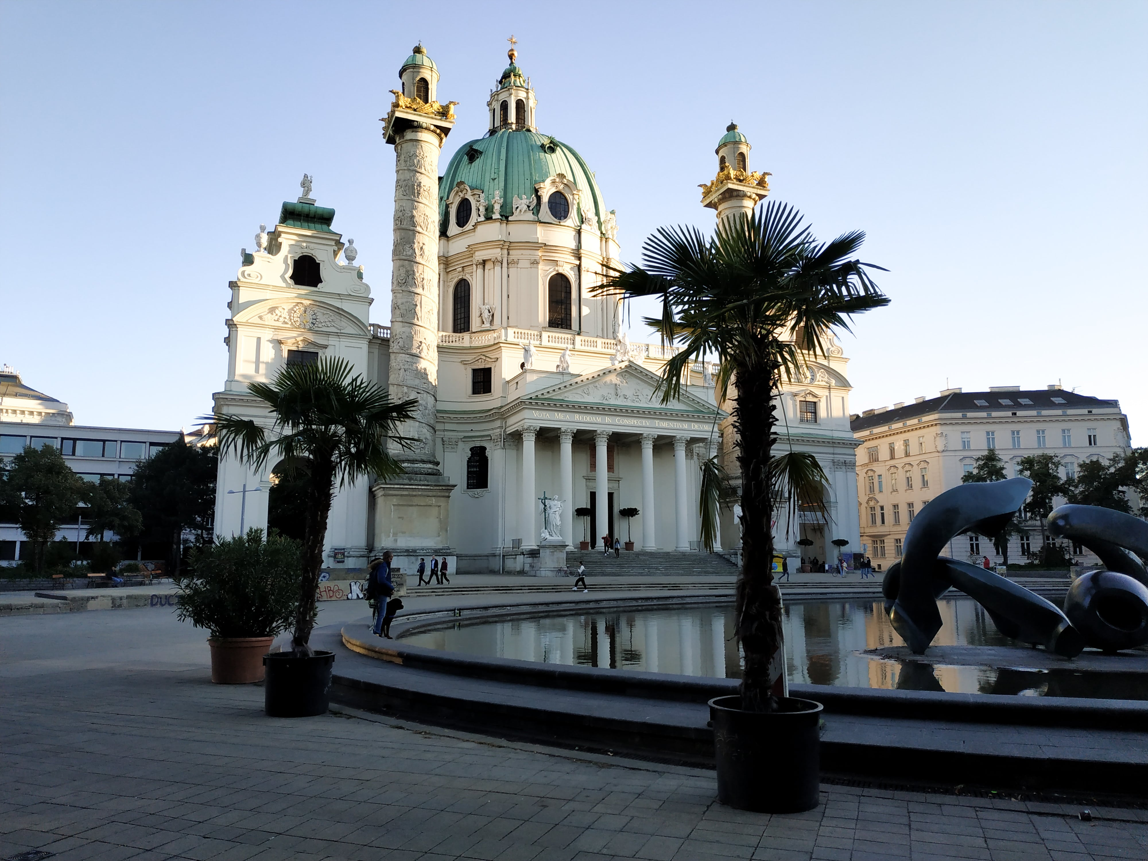 Église Saint-Charles-Borromée : Découvrez la majestueuse Vienne avec les 5 immanquables à voir pour une visite expresse.
