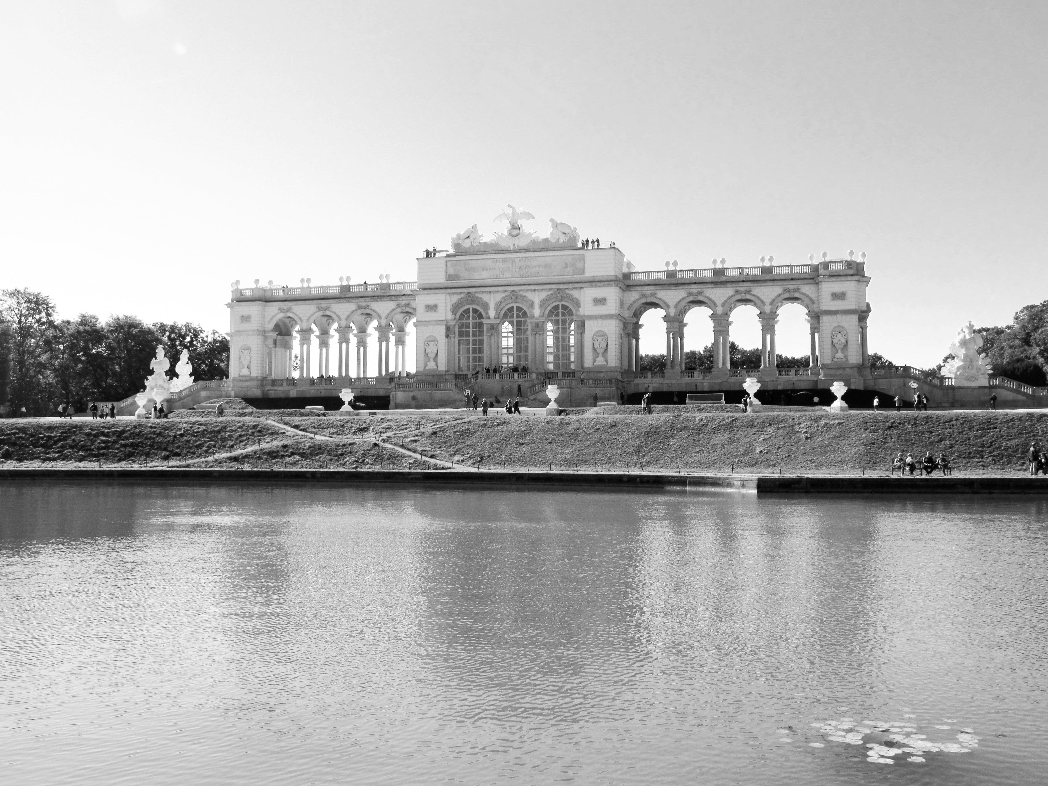 Château de Schönbrunn : Découvrez la majestueuse Vienne avec les 5 immanquables à voir pour une visite expresse.