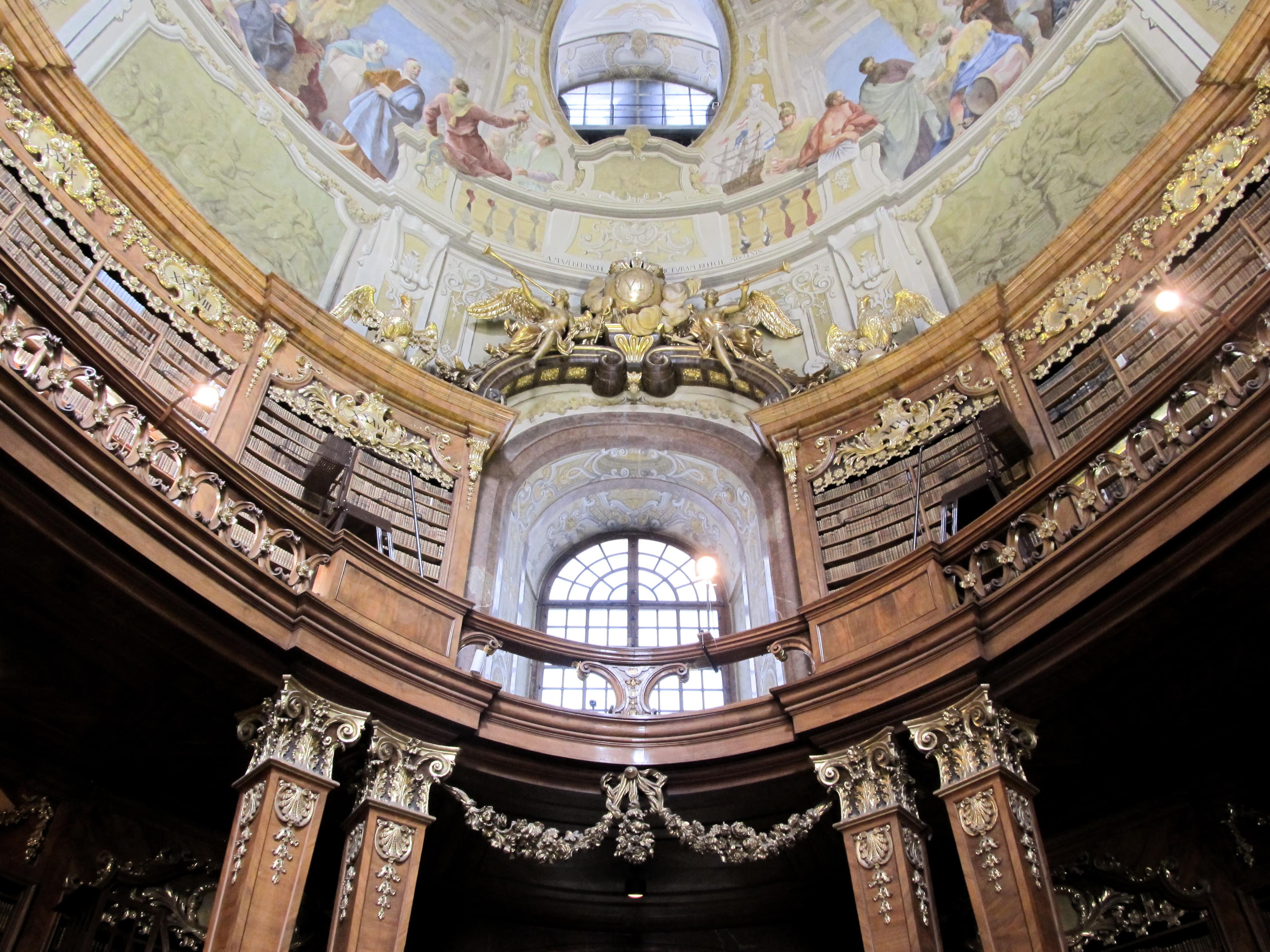 Bibliothèque nationale d'Autriche : Découvrez la majestueuse Vienne avec les 5 immanquables à voir pour une visite expresse.