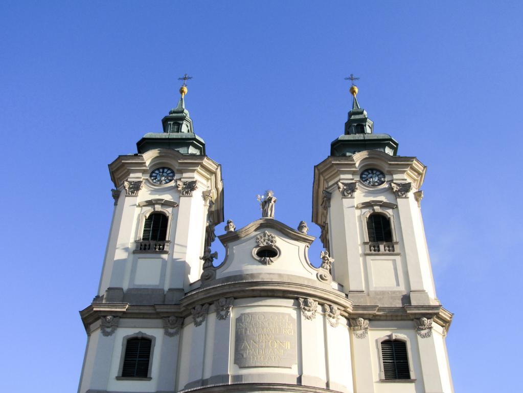 Eglise des frères mineurs : Éloignons de Budapest pour aller découvrir Eger dans le nord est de la Hongrie. Visites, monuments, recommandations et restaurants.