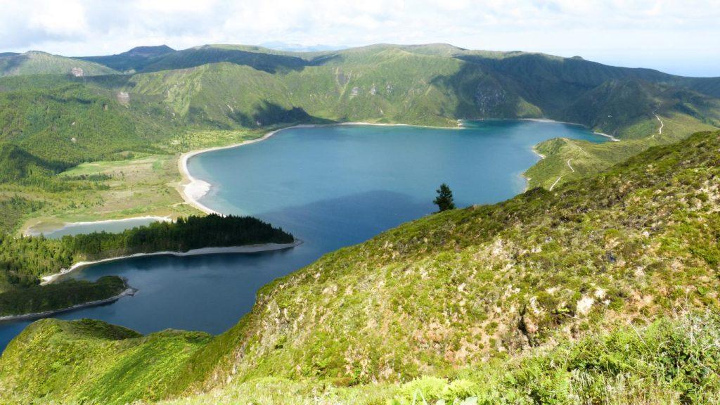 Voiture, logement, avions, ... : découvrez dans cet article comment organiser un road trip aux Açores sur l'île de São Miguel. Photo du lagoa do Fogo.