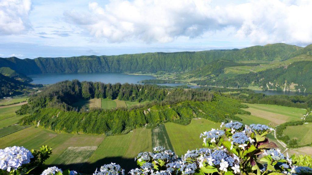 Voiture, logement, avions, ... : découvrez dans cet article comment organiser un road trip aux Açores sur l'île de São Miguel. Photo du lagoa Azul et lagoa Verde à Sete Cidades.
