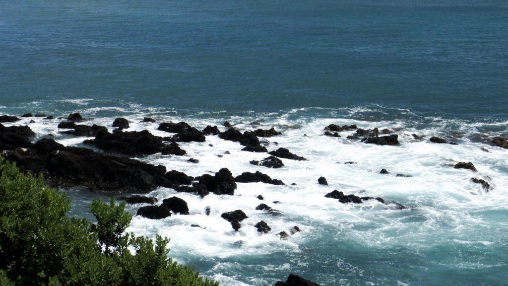 Voiture, logement, avions, ... : découvrez dans cet article comment organiser un road trip aux Açores sur l'île de São Miguel. Photo de la mer agitée aux abords de Vila Franca do Campo.
