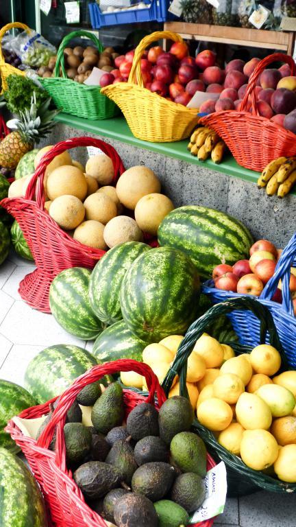 Voiture, logement, avions, ... : découvrez dans cet article comment organiser un road trip aux Açores sur l'île de São Miguel. Photo d'un marchand de fruits et légumes à Furnas.
