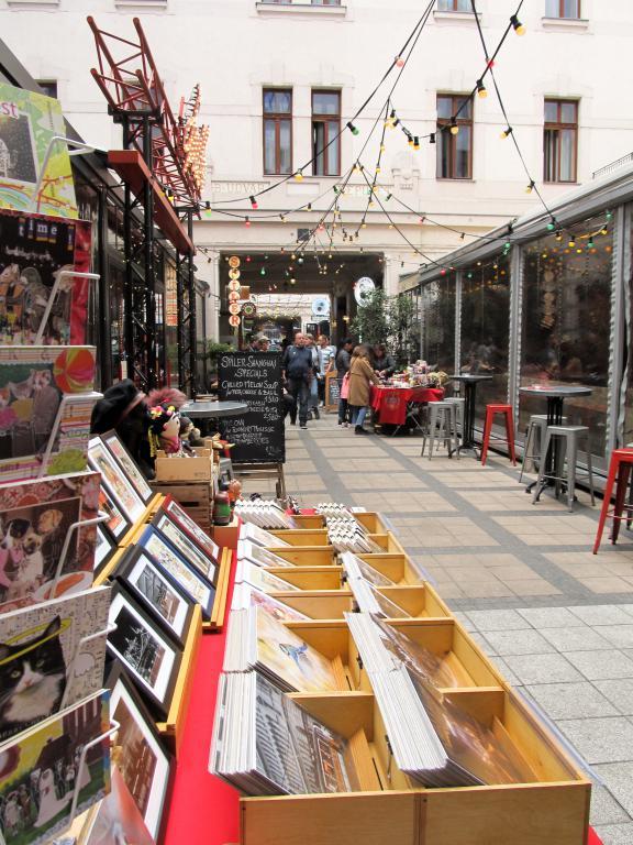 Goszdu Udvar (allées des bars) : Restaurants, bars, cafés, ... voici un petit guide des bonnes adresses à Budapest pour vous aider lors de votre séjour dans la capitale hongroise.