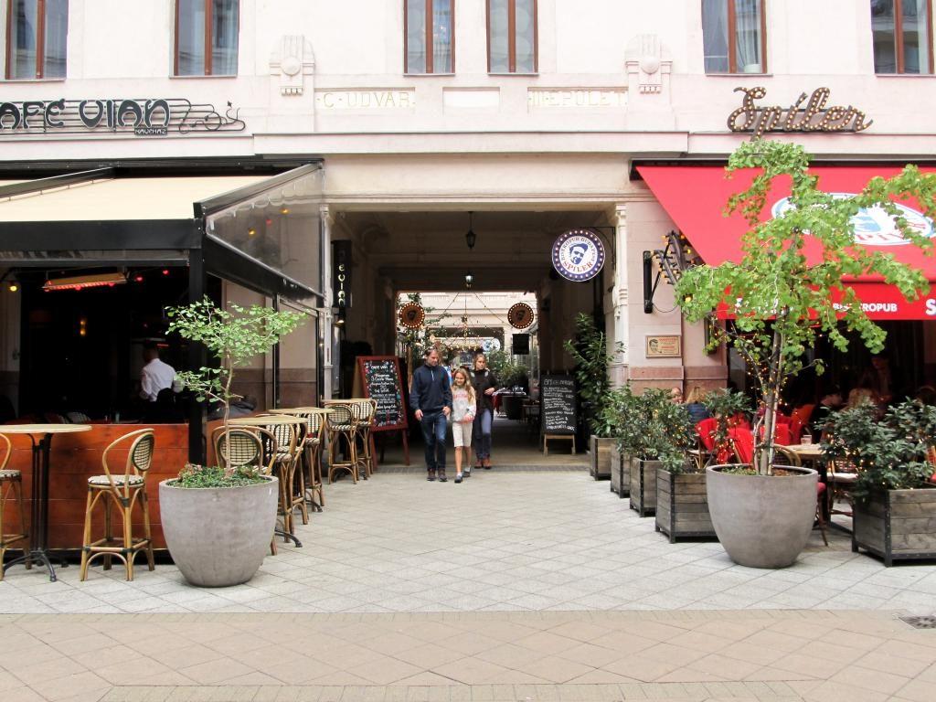 Goszdu Udvar (allée des bars) : Restaurants, bars, cafés, ... voici un petit guide des bonnes adresses à Budapest pour vous aider lors de votre séjour dans la capitale hongroise.