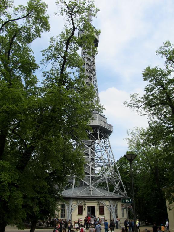 Tour Eiffel Prague : Découvrez à travers ce récit notre chouette week-end à Prague. Vous trouverez dans cet article nos visites, restaurants, et conseils pour organiser votre séjour dans la capitale de République tchèque.
