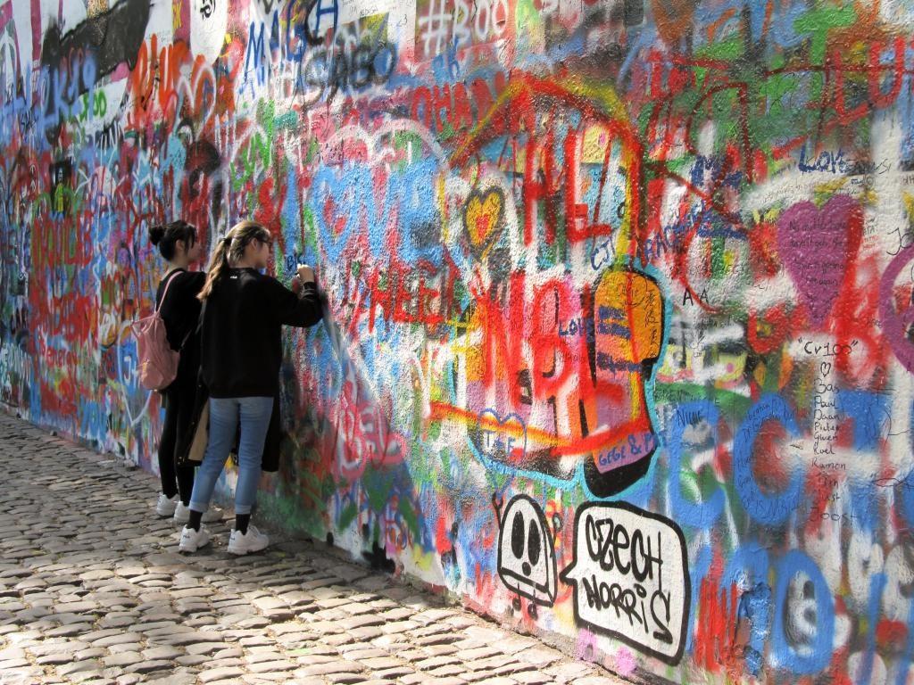 Mur John Lennon : Découvrez à travers ce récit notre chouette week-end à Prague. Vous trouverez dans cet article nos visites, restaurants, et conseils pour organiser votre séjour dans la capitale de République tchèque.