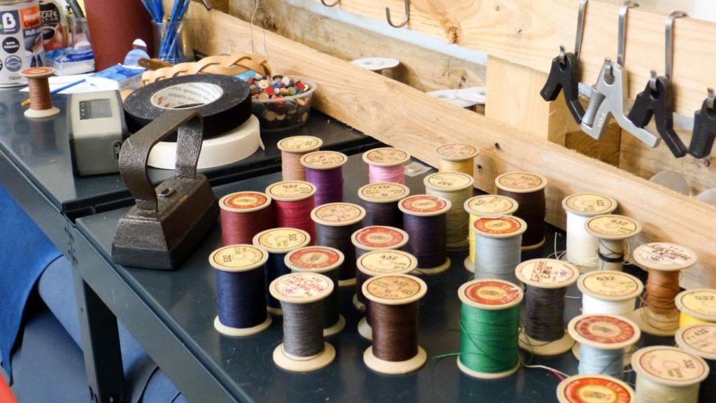 Les bobines qui servent à coudre les différentes pièces du sac.
