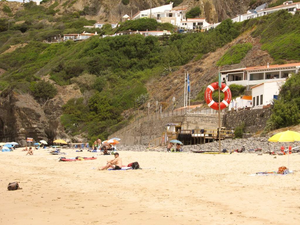 Praia da Arrifana : Retrouvez dans cet article des conseils pour visiter la côte ouest de l'Algarve au Portugal, entre Sagres et Odeceixe.