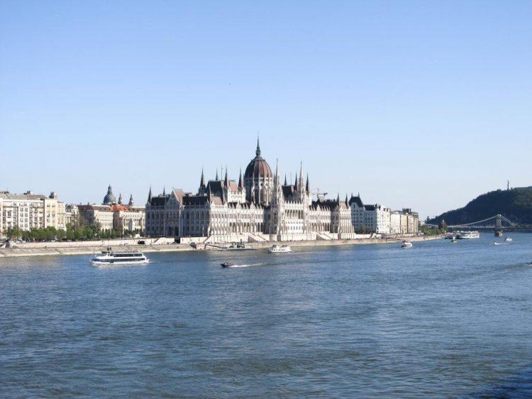 Parlement : Partez à la découverte du quartier de la colline des roses à Budapest où l'on sent encore l'influence de Gül Baba. Idéal pour une balade urbaine.