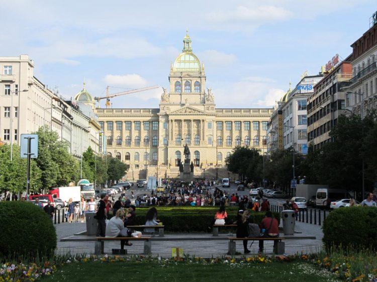 Place Venceslas : Découvrez à travers ce récit notre chouette week-end à Prague. Vous trouverez dans cet article nos visites, restaurants, et conseils pour organiser votre séjour dans la capitale de République tchèque.