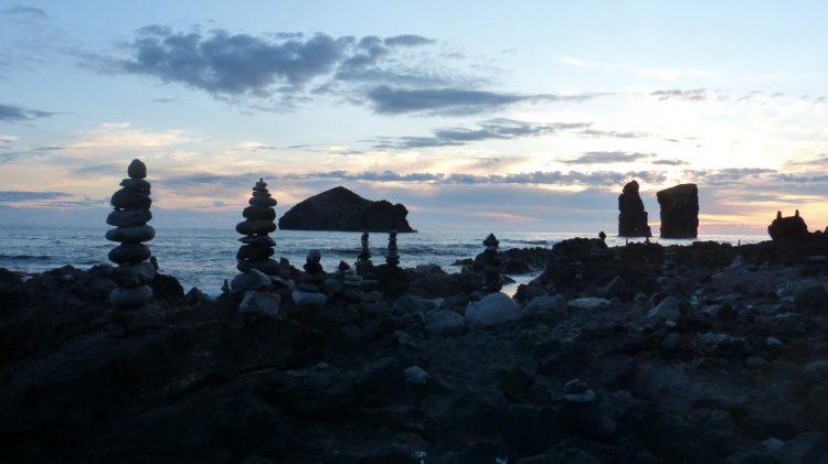 Voiture, logement, avions, itinéraire, programme ... : découvrez dans cet article comment organiser un road trip aux Açores sur l'île de São Miguel. Photo de Mosteiros.
